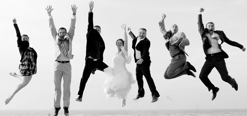 Les mariés et leurs témoins sautent de joie